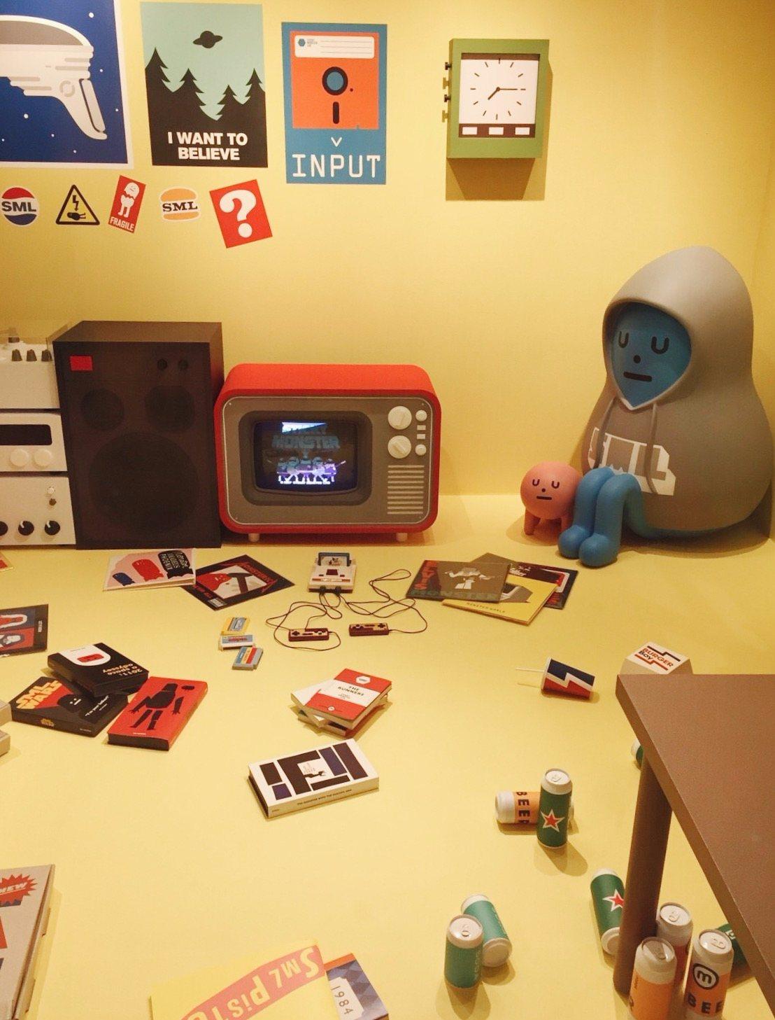 SML動畫中的名場面(?) The Loner的家,每個動畫裡的物品都被認真的做出來了,超級用心啊~ 是說看到這個覺得很有親切感,因為髮捲姊的房間也差不多這麼亂吧XDD