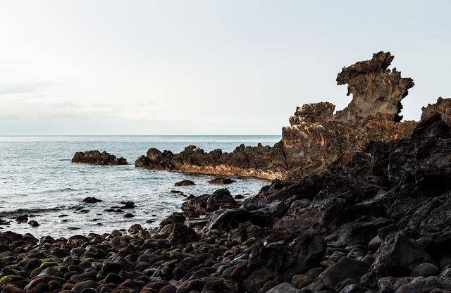 3. 龍頭岩 용두암  濟州島地標——龍頭岩是大自然鬼斧神工之作,經年累月被海水沖刷、風化,遠看像隻龍冒出海面,景色優美、適合散步拍照,一路往龍淵雲橋走去,可以看到飛機起降,韓國爸爸去哪兒、連續劇都選擇這裡當拍攝地。  當地傳說以前濟州島上有條龍偷了漢拏山神靈的寶物,逃走時被憤怒的漢拏山神靈用弓箭射中,龍掉到海邊,身體沉入海底,露出的頭部仰望星空化成石頭,變成了龍頭岩。