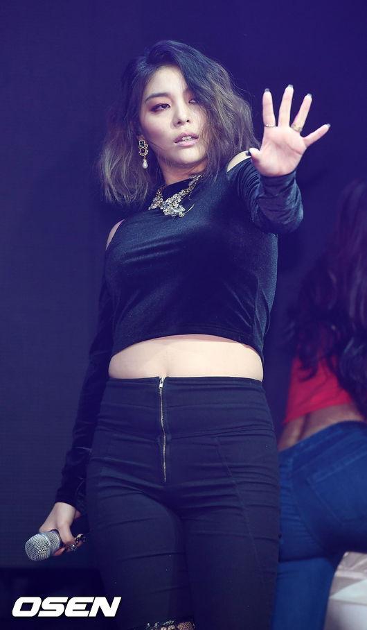 不過原本瘦身有成的Aliee的身材卻在這近兩年被網友說「疏於管理」,不僅從Ailee臉上的妝陰影開始加深開始,讓人對Ailee身材變化很有感,上回發片時的showcase上Ailee穿著中空裝的打歌服,身材更是一度成為網友話題