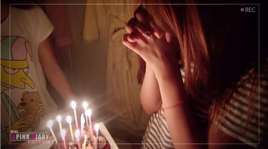 02.今天我生日 一樣是希望偶像「點名點到你」,只是內容換成了「今天我生日,祝我生日快樂」等等。雖然不少偶像看到還是會暖心的為留言的人獻上祝福,但對不是生日的粉絲來說,可能就覺得沒必要為了你的留言浪費時間(?),不停留言自己生日卻不管成員在直播什麼的粉絲,可是會讓韓國網友討厭的