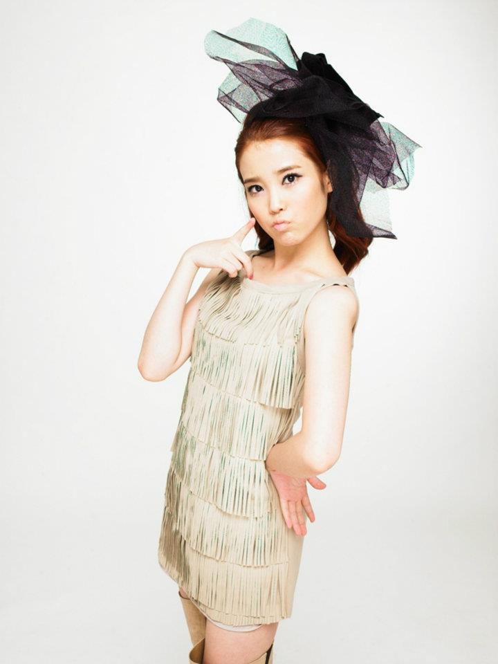 跟先前提到的秀智跟Joy相反,IU將瀏海髮線調整了一下!
