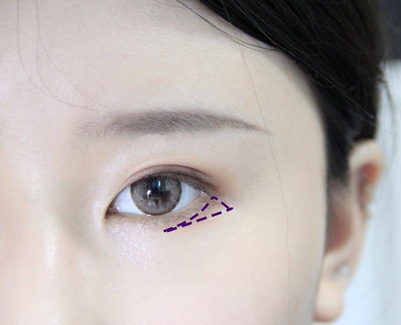棕色眼線筆在睫毛根部化眼線,畫到最後一根睫毛處就可以停止,注意這裡暫時不要拉長,然後用之前的眼影3號色畫在紫色虛線處。