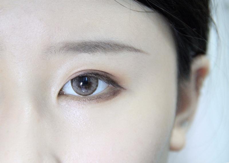 接下來要完成完整眼線。用眼線液在眼尾接著剛剛的眼線結尾處向下拉到眼角,然後用眼線筆在剛剛的下眼影處加強,注意這裡化到眼睛的三分之二處就好喔