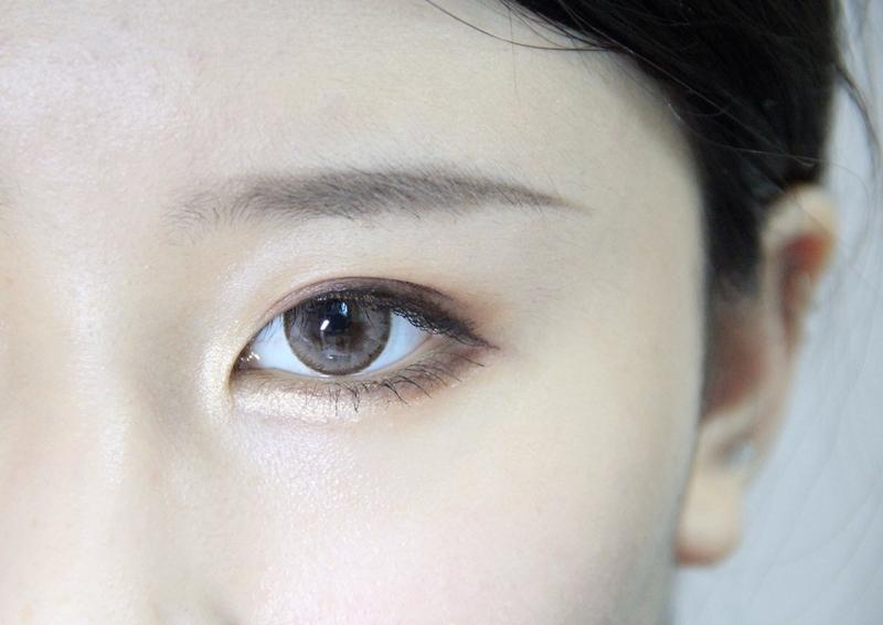 接下來刷上睫毛膏,然後在眼頭以及卧蠶處用眼影5號色打亮,可以讓眼睛看起來更大!