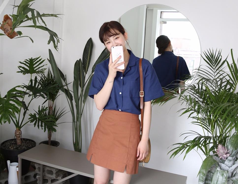 2. 棉麻襯衫 棉麻材質從夏天一路流行到秋冬,今年一定要來一件棉麻短袖襯衫!選擇有點偏寬的版型,更有隨性感!