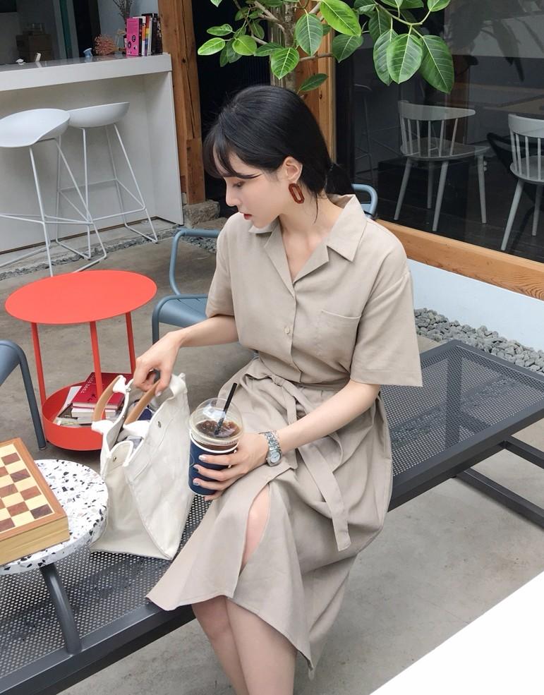 3. 襯衫洋裝 既然棉麻襯衫那麼紅,襯衫洋裝當然人氣也是很高的!既有棉麻的隨興感、又有襯衫的正式氛圍,真的是很實穿的單品啊!另外,要注意裙子的細節,比起一般洋裝,韓國現在流行的是像這種「片裙」,穿上去保證被誤認為韓妞啦!
