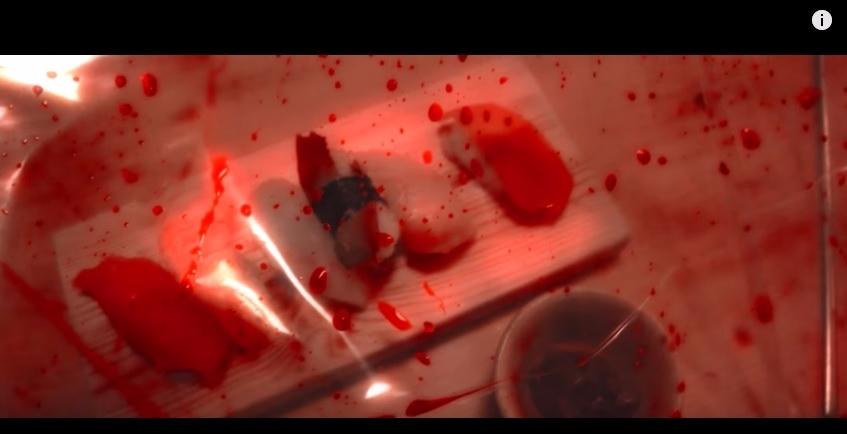 連壽司都...沾滿血..