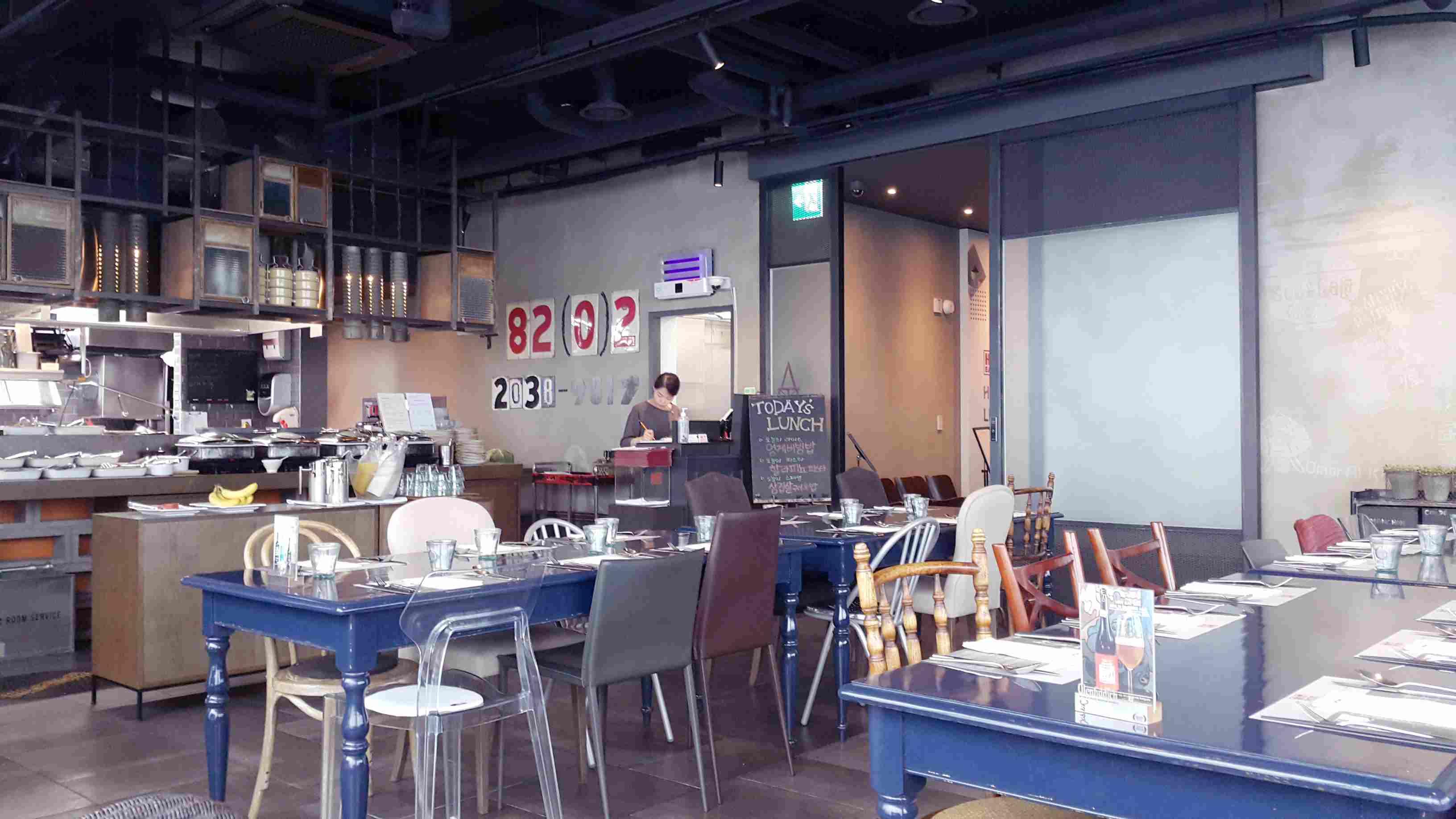 除了以上的位置適合打卡以外,17樓的餐廳也是能拍出很有格調照片的地方喔!