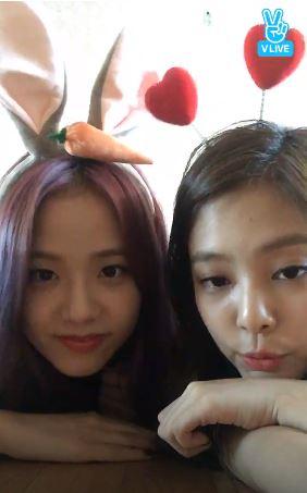 BLACKPINK最近在日本有公演的關係,所以經常日韓兩邊跑活動,成員們也在空檔時開了直播和粉絲們互動,Jisoo和Jennie還透露第一次離開家這麼多天,其實很想念韓國的食物(笑XD)