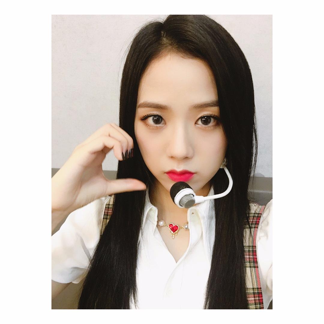 Jisoo遇到不懂單字時Jennie會跳出來幫她翻譯,Jennie也大讚Jisoo的英文程度非常好,平常不用幫她翻譯Jisoo也都能聽懂♡