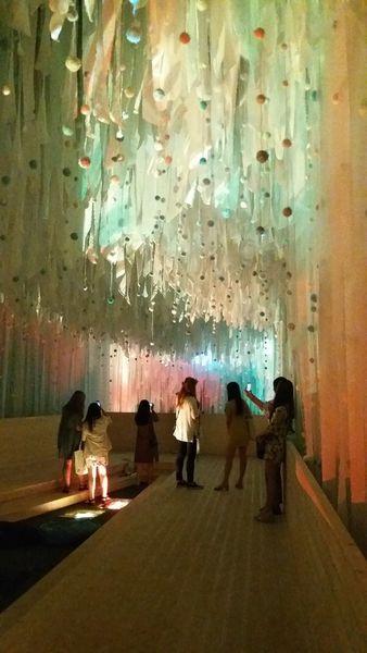 另外又是一個超美的展館,頭頭上一大片可愛的波波彩帶加上會變色的水彩色超夢幻的燈光,讓小編一直拍不願意走呢!