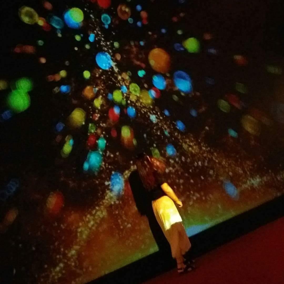 站在這超級美的燈光牆前面,隨便拍都可以拍出人生美照啊!