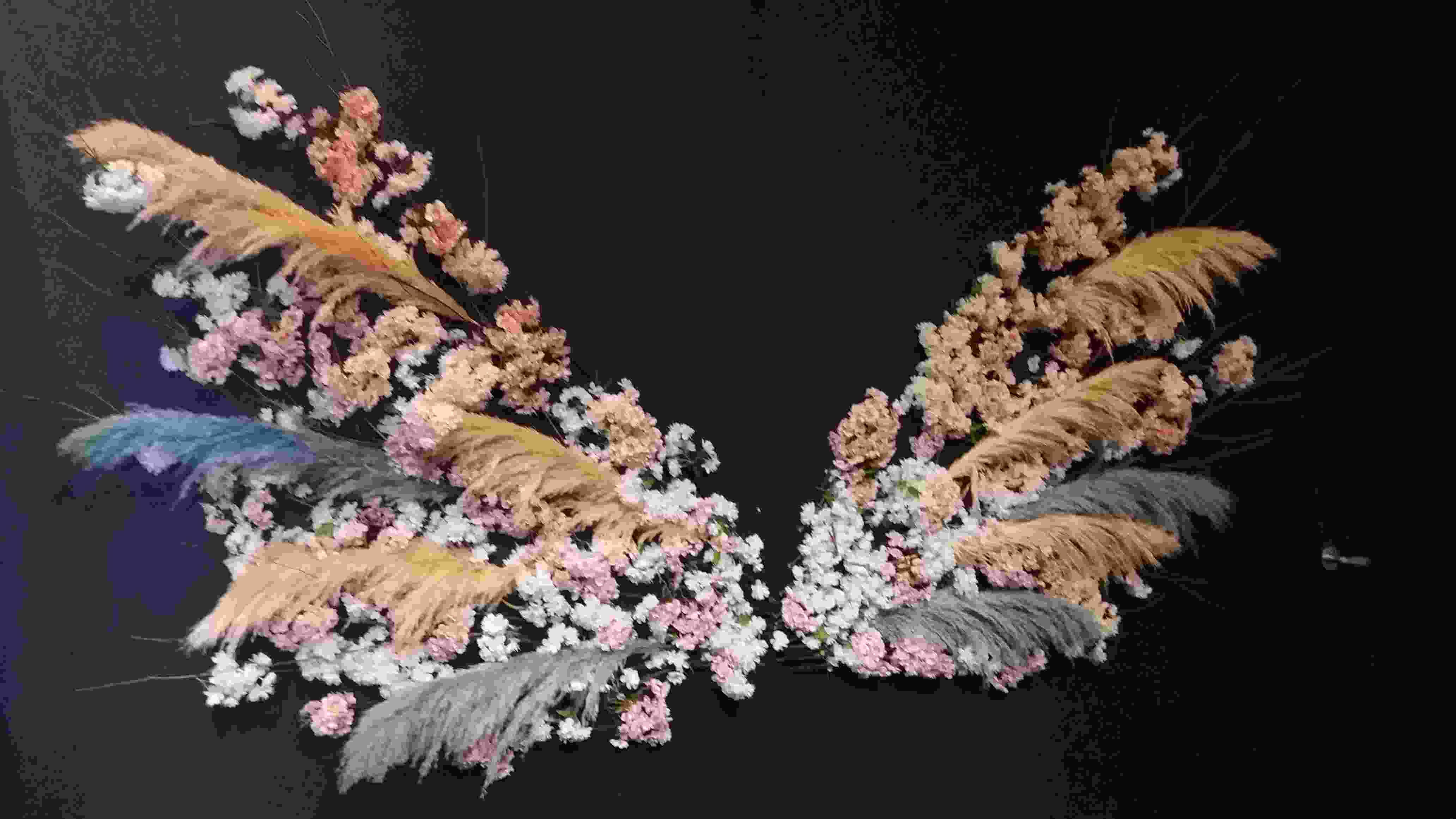 用花朵拼湊成的翅膀