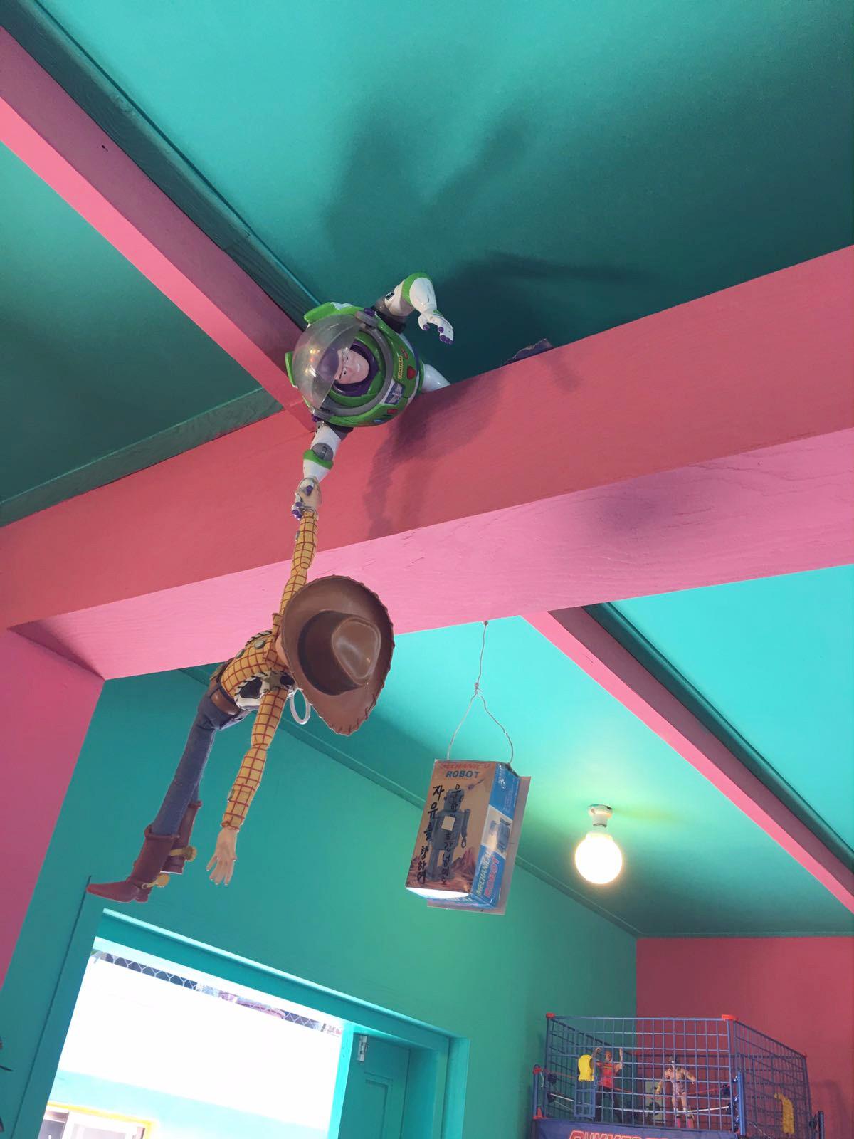 走到裡面還放滿了不同的小玩具,充滿的童話色彩。