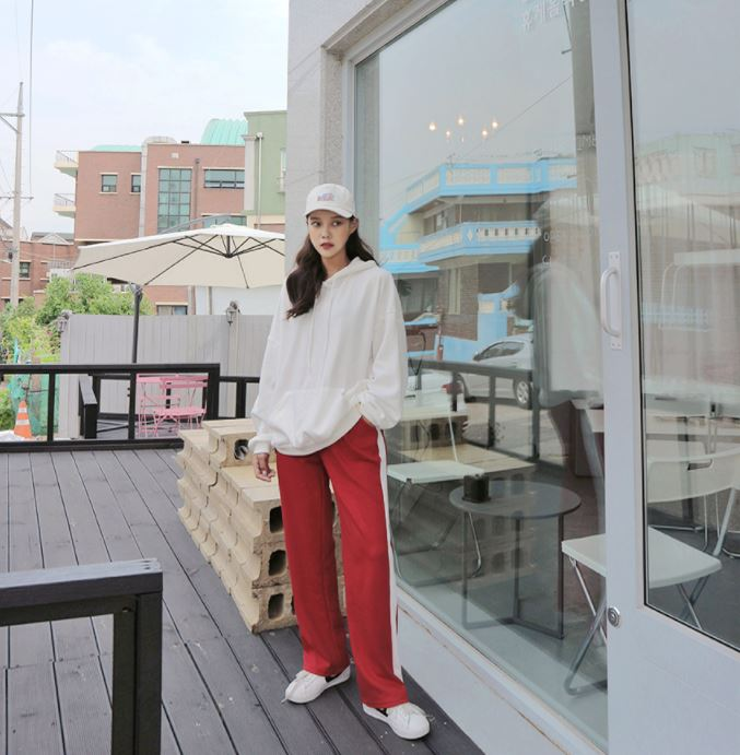 ►休閒運動褲 這家網拍是摩登少女最愛的一家韓國網拍(也是買最多的),而這件褲子也在TOP50以內!但是真的不能理解!這個穿搭就像是半夜街上無人的時候穿去便利商店買綠茶的裝扮啊!雖然是運動褲但總不可能穿去跑步絆倒自己吧...