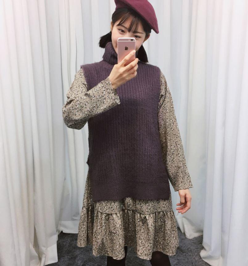 ►鈔後高領無袖毛衣+碎花洋裝 其實在台灣好像真的不太流行像這樣太碎的碎花,然後搭配上那件毛衣的設計...還有這個配色...其實現在的韓國還沒有冷成那樣但是這件毛衣卻已經是熱賣的TOP50之一了!