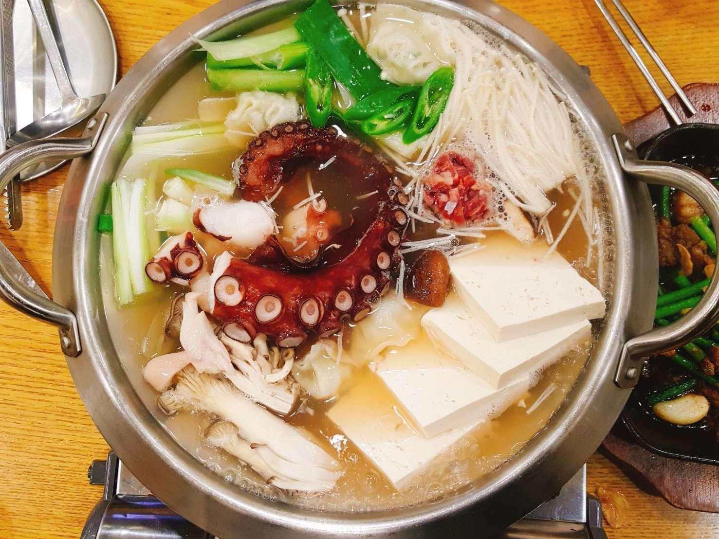 在介紹主角湯飯之前,我們一進門就看到每桌客人桌上一定都會有一個鍋物,參考了韓國網友介紹,我們也點了一個海鮮章魚鍋,看看那個章魚腳,好驚人ㄟ!!!