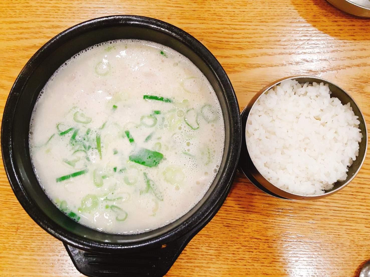 差點就讓鍋物喧賓奪主,主角總算登場了!!看看這碗豬骨用心熬製而成的湯頭,味道濃郁清淡,如果覺得來韓國玩這幾天吃太多種口味的食物,也可以嚐嚐湯飯類料理喔~