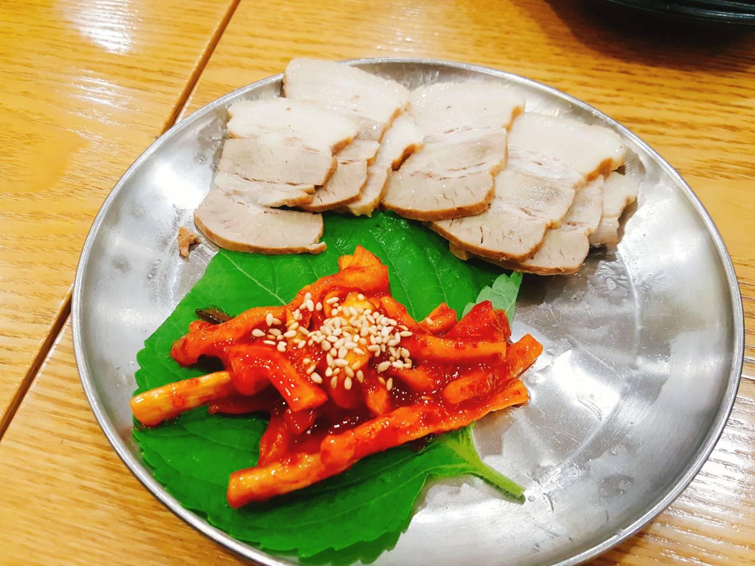 最後一道是有點像台灣的白切肉那樣,只是旁邊多了辣蘿蔔點綴,搭配蘿蔔吃,更是別有一番風味,但是這樣一盤要韓幣3500好像就有點給它小貴。