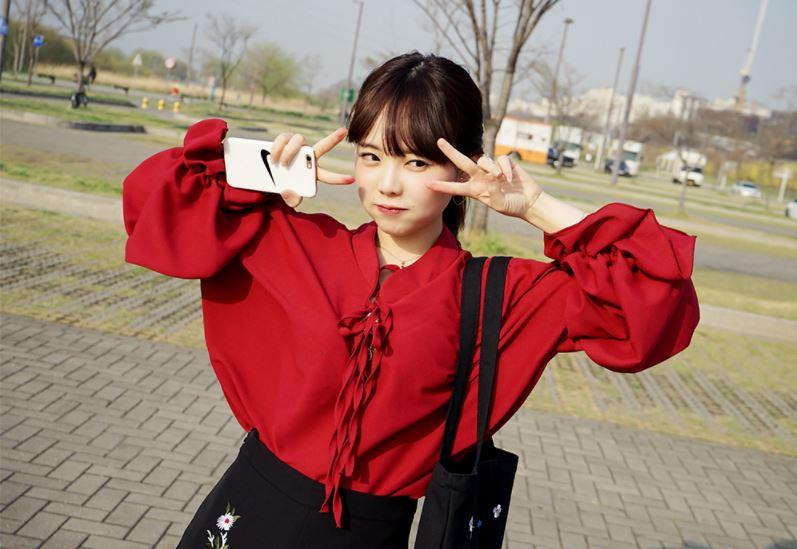 ►寬袖荷葉邊上衣 這件其實在台灣許多韓貨小店也看得見,但卻從來沒有在路上看過台灣女生穿...不修身的設計真的要很瘦很可愛的女孩子才能穿啊!(垂桌砸鍵盤)