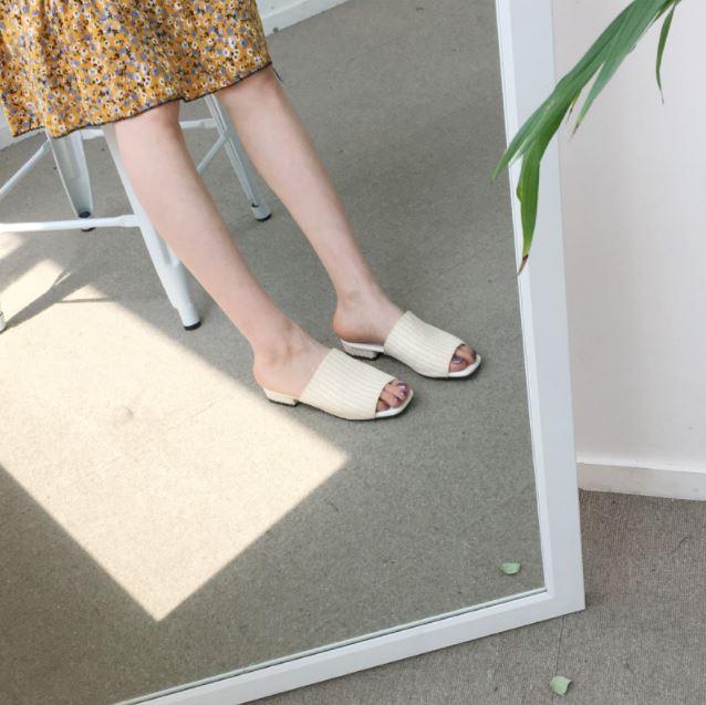 ►竹編拖鞋 這雙拖鞋也是熱賣款,但這樣不是很像貼痠痛貼布在腳背上嗎?感覺穿了還是像沒穿一樣腳底涼涼的...