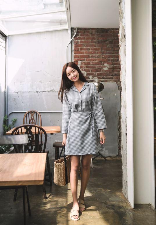 ►腰圍綁帶亞麻洋裝 最近韓國真的很流行亞麻材質的上衣裙子及洋裝,但是這個格紋加上腰圍綁帶的設計穿起來超級像鄉村餐廳員工啊...像摩登少女這樣常常被誤認為員工的「店員臉」真的完全不能駕馭!