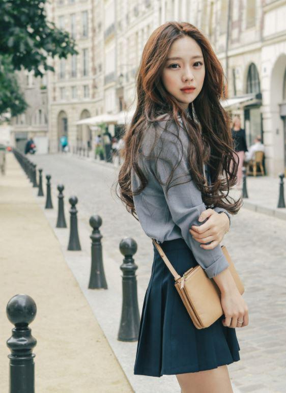 不得不說韓國的衣服設計總是比較走在流行尖端,想要跟流行10個有8個女孩會追蹤韓國的流行時尚!想要可愛女孩風還是唯美女神風~韓妞們總是隨時準備好!最近韓國的天氣轉涼~已經開始換季!所以許多網拍店家已經在推出今年秋冬流行的穿搭了!