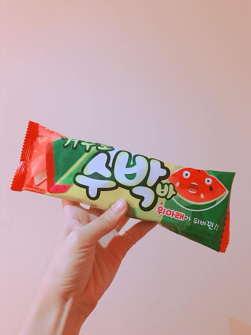 △西瓜冰棒 最近CU推出了一款新的冰棒,口味就是非常符合夏天的西瓜啦!這款西瓜冰棒可說是非常熱賣,據說歐膩走在韓國街頭看到三五個公司同事(猜測)都拿著這個冰棒在吃啊!