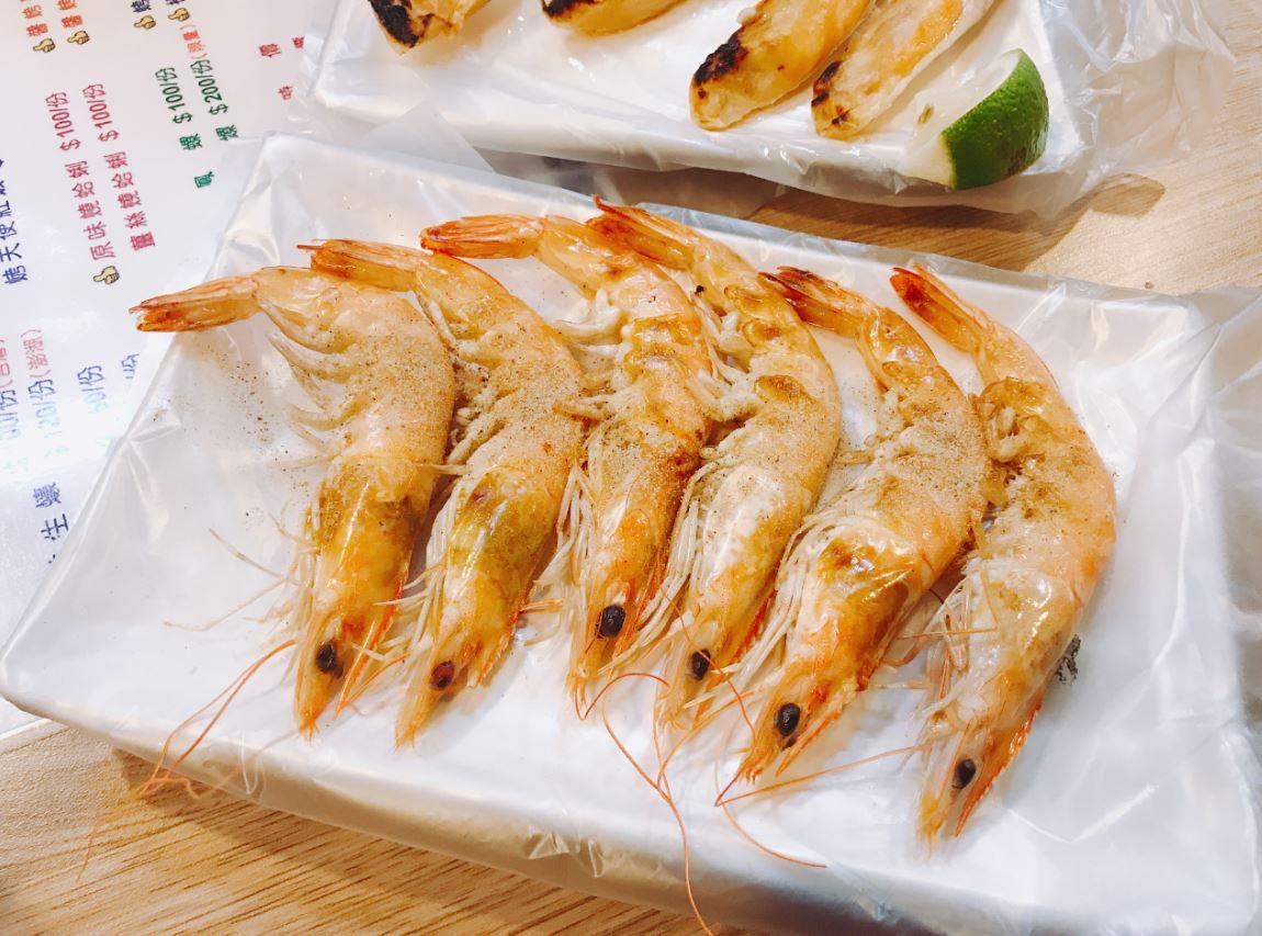 我們跑去吃海鮮啦~雖然很不懂蝦子的殼要剝掉老闆還是灑了胡椒鹽在外面XD但是烤得很香很好吃~