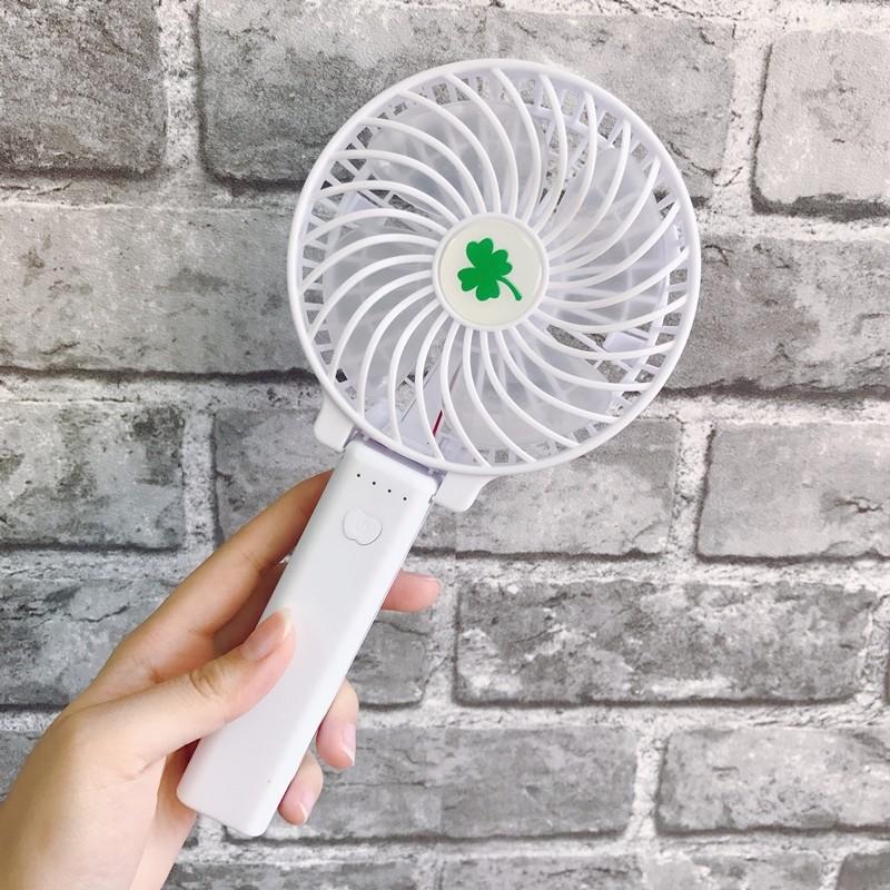 △小電風扇 其實韓國天氣真的沒有很熱(跟台灣比起來)但是每年溫度越來越高,韓國人的耐熱程度已經受不了啦~因此手上拿一個小電風扇不僅可以解熱,還能成為時尚的標誌,不少韓國人都說這絕對是必備產品啊!