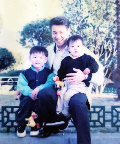 哥哥公開的照片還有爸爸抱著他們兄弟的合照 真的好可愛啊~~