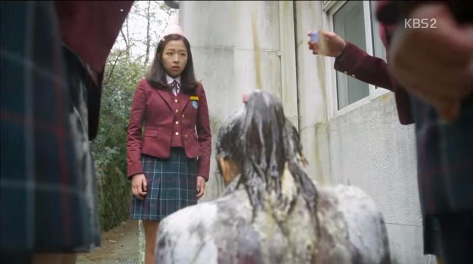 施暴女學生最後還拍攝了被害人浴血的照片向朋友炫耀。 而整起事件因為一名網友收到被害人滿身是血的照片後向警方報案,才揭發了這起校園霸凌案件,而且據了解這已經是被害女學生第二次遭到霸凌以及暴力相向。