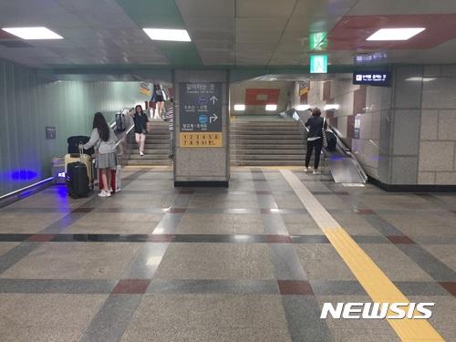 粉絲們看到這些應援版應該迫不及待來首爾了吧~~~ 最近有讓旅客感動的新設施啊 就是樓梯旁的輸送帶 只要把行李放到上面 就會自動輸送 終於不用提超重的行李上樓快崩潰!!!!