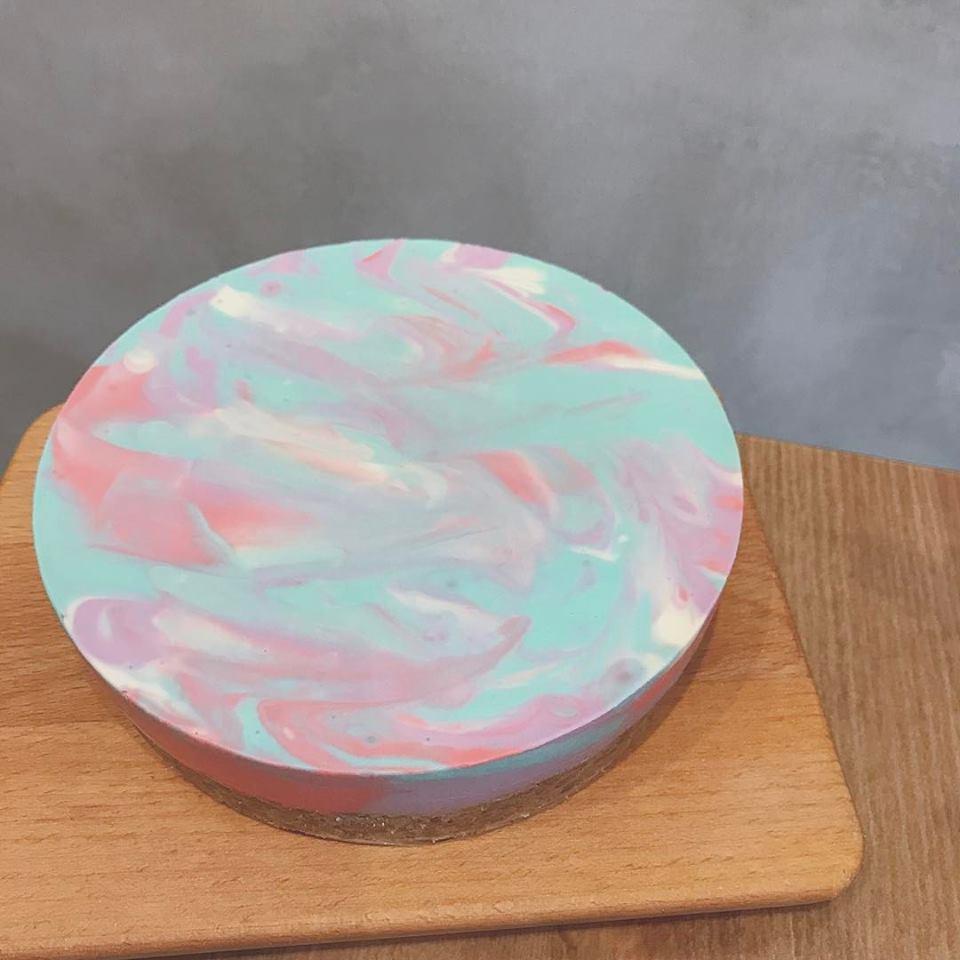彩色的生乳酪蛋糕!馬卡龍色調和得來的夢幻紋路就像假象一樣療癒心靈~這個嬰兒色調跟上次宅精靈介紹的史萊姆療癒玩具超像的啊XD