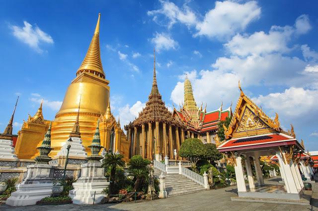 1. 曼谷大皇宮  曼谷大皇宮從18世紀到20世紀,曾是暹羅王國的皇宮,曾是泰國王室公定的居住地點,但現在的王室則不住在這裡,大皇宮的建築群集結多元風格,混著西式和泰式建築風格,富麗堂皇,佔地十分遼闊,更是世界遺產之ㄧ,如果想要逛完整片大皇宮需要兩到三個小時。