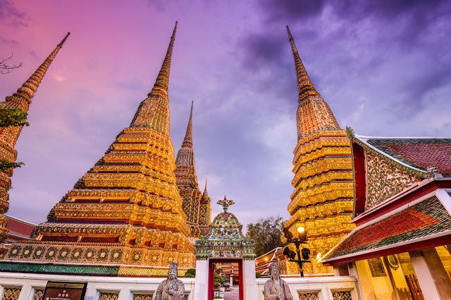 2. 臥佛寺  除了必訪的曼谷大皇宮之外,臥佛寺也是絕不能錯過的景點之一!臥佛寺以擁有全世界最大的臥佛而聞名,超過一千坐佛像存在佛寺裡,更是曼谷最古老、佔地最廣的佛寺的佛寺。  而華麗的臥佛殿更是許多遊客必訪的原因之一,設計上採取迴廊式的建築,建築之外有的純白的柱子環繞,周邊也放置了許多佛像,而裡更是擺放著超級大尊的臥佛像!