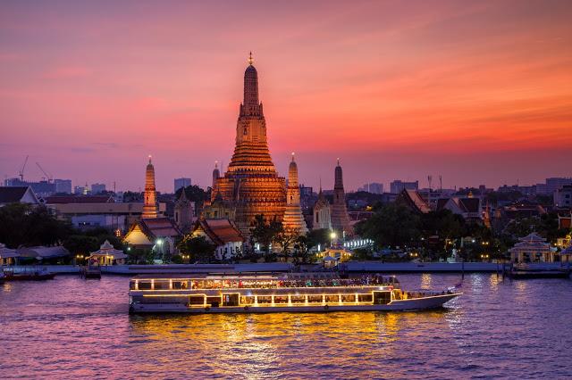 3.黎明寺  黎明寺有一座主塔與四座陪塔,主塔叫做Phra Prang,代表崇高的佛塔之意,也象徵佛國中的麥乳山,周圍有四條陡峭的階梯可以上塔,為昭披耶河上最古老的佛教建築。四座陪塔則是用來供奉風神,由於主塔的高度很高,爬上去後可以看到整個昭批耶河美景,涼風外加無敵美景可以殺掉許多記憶體,夜晚或是傍晚從河岸望過去,也有另外一種美。