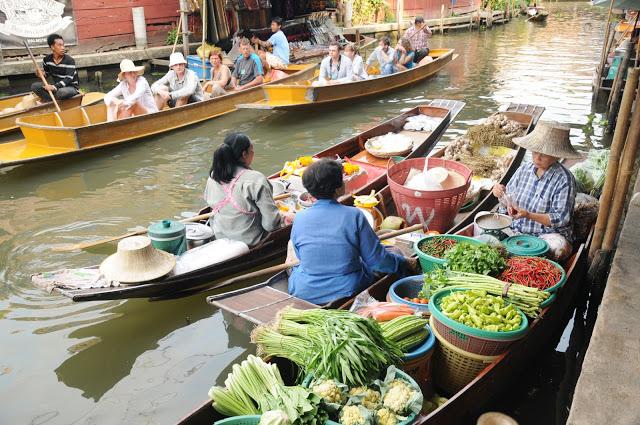 5.水上市場  水上市場對於曼谷就是經典中的經典,來泰國錯過這行程,就別說你來過!曼谷有兩個知名的水上市場安帕瓦水上市場和丹能莎朵水上市場,其中一般觀光客最多的是丹能莎朵水上市場,明信片圖片那樣滿滿的船擠在小小的水道就是這裡的生活寫照!