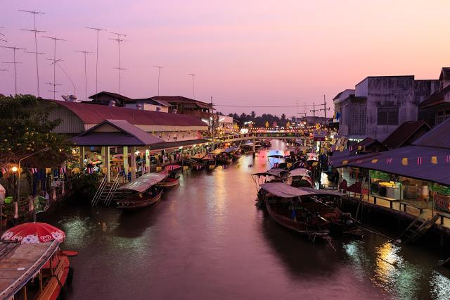 小補充:逛膩了塞滿觀光客的丹能莎朵你可以選擇當地人愛去的安帕瓦水上市場,安帕瓦只有五六日才有,而且傍晚四點到晚上八點才是最熱鬧的,不要來錯時段喔!去完安帕瓦水上市場,還可以夜遊湄公河看螢火蟲。