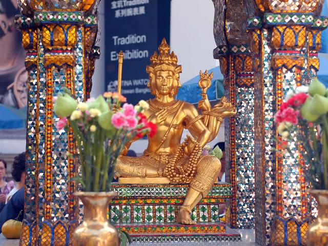6. 四面佛  其實四面佛是屬於天神等級,所以「四面佛」其實是誤稱,源自印度教、婆羅門教神話,為三主神之一的梵天,為創造宇宙之神,在泰國信仰中,更是財富之神,如果你有任何對於生活上的困難與困惑,只要內心虔誠地祈求,據說四面佛都會有求必應,連小編的同事去過後,都說真的很靈驗!參拜地點位在Erawan Shrine。