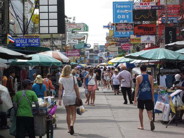 8.考山路  考山路被稱為是背包客天堂,因為你可以在這邊找到很便宜的食宿,許多歐美人會背著巨大的行李,選擇在這邊住個一兩個月,因此你可以在路上看到一群又一群的外國人,跟曼谷其他比較不一樣的地方是你可以發現很多酒吧、咖啡店、西餐,當然入夜後這邊更精采喔!
