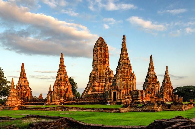 9. 大城遺址公園  大城是位於曼谷北方約一百公里左右的一座舊城遺跡,曾經是強盛的阿瑜陀耶王朝首都,更被其他國家稱為「最傑出的城市」,不過後來被緬甸攻陷,城內建築受到嚴重破壞、焚毀,現在僅剩的是戰火摧殘過後的遺跡,,有著些許的淒涼與感慨。重點大城不只有古蹟可看,大城也有水上市場,其規模和好逛度其實一點也不輸給丹能莎朵水上市場!