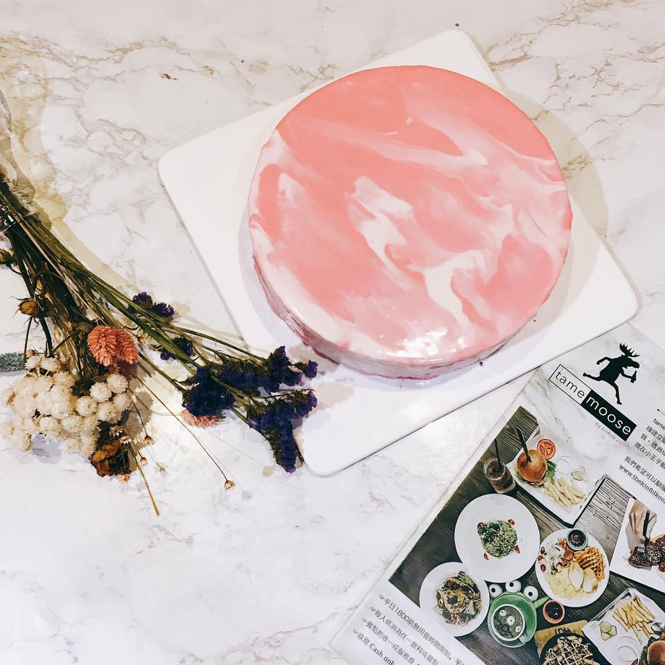這個粉紅大理石鏡面莓果生乳酪用藍莓、醋栗莓、覆盆莓煮的果醬製作而成!光看著內心的小宇宙就要噴發了啦!