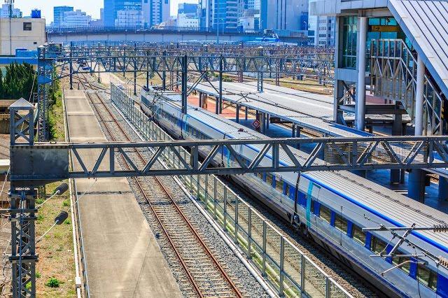 #釜山-慶州交通方式  【高速列車KTX】  從釜山火車站搭乘KTX到新慶州站,只需26分鐘,但新慶州火車站距離慶州市區的景點較遠,需再轉乘公車到慶州市區(慶州火車站),可以搭乘50、51、60、61、70、203、700路線公車(車程約45分鐘),若是想要一到新慶州火車站就前往佛國寺,可以搭乘公車700路線公車。  ▶︎票價:單趟韓幣11000