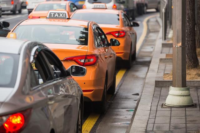 【計程車】  另外如果是夏天前往慶州,不想走太多路怕太熱,也可以選擇搭乘計程車,以慶州市外巴士站為例,出來後即可看到計程車,上車後怕與司機溝通有問題了話,也可以事先準備好想去景點的韓文名稱,上車後給司機看即可,在慶州搭乘計程車往返景點之間,基本上不會太貴,如果是三五好友一起平分,價錢會更划算喔!