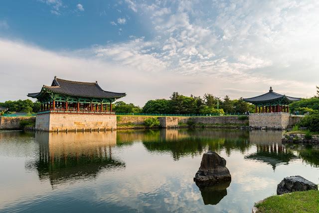 #慶州行程安排建議  許多人會釜山和慶州一起玩,如果想要在行程中安排一天前往慶州,小編會建議搭早點的車到慶州,因為慶州很多景點,想在一天內走完了話會有點趕。如果不想要讓行程這麼趕,也建議可以在慶州待兩天,住進韓屋體驗韓國傳統的住宿,也是一種不錯的選擇!路線建議第一天可以先逛完慶州歷史遺跡區,第二天則可以安排較遠的佛國寺、石窟庵。