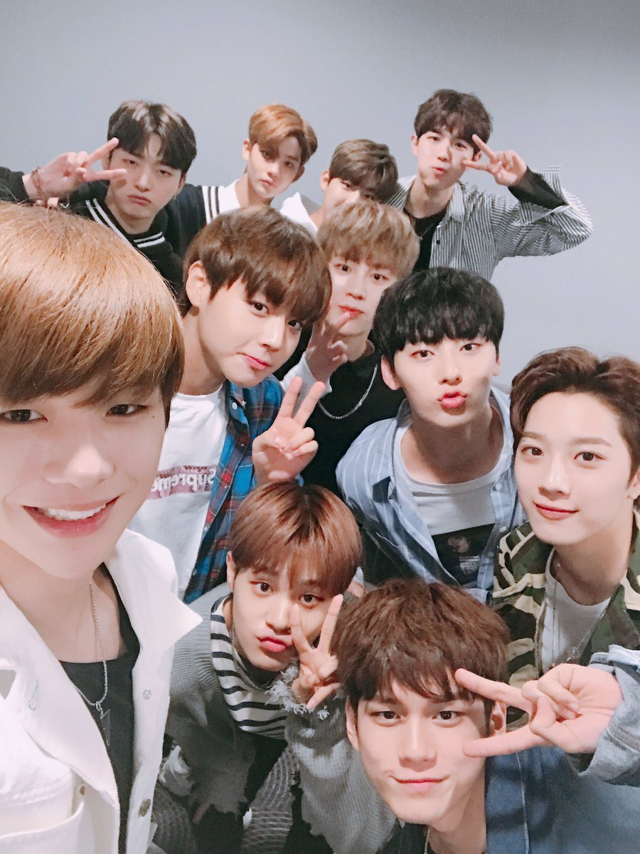 Wanna One 11名 由《PRODUCE 101 第二季》所選出的11名成員,Wanna One 是屬於限定的版的團體將為期1年半的時間活動!