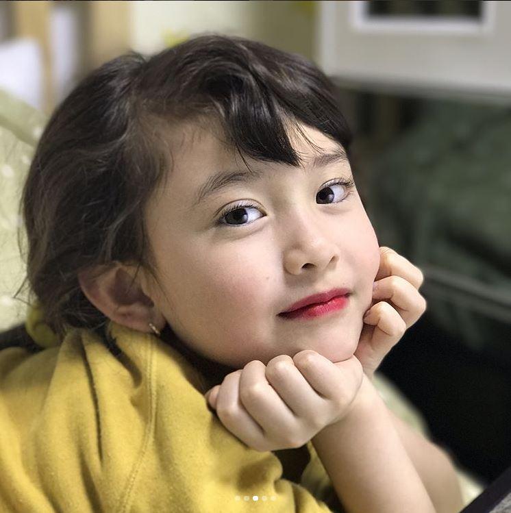 而和Somi一樣聚優點於一身,才8歲就已經讓大家期待的,當然就是Somi的妹妹Evelyn啦!不僅先前Somi只是幫妹妹畫上唇膏,Evelyn根本是洋娃娃的外貌就已經迷倒了一票叔叔、阿姨