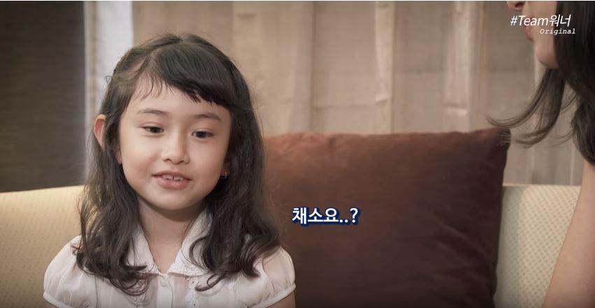 而且8歲的Evelyn不僅大方介紹韓國食物,還告訴Dua她最喜歡的點心是巧克力,最喜歡的水果是草莓還有蘋果,但果然Evelyn果然還是8歲的小孩,一被Dua反問「那你最喜歡吃的蔬菜是什麼?」,立刻「瞳孔地震」答不出來的誠實模樣也讓粉絲爆笑(果然小孩討厭吃青菜是不分國籍的…)