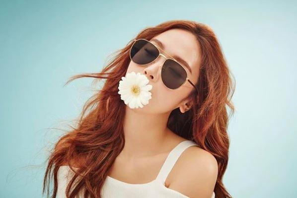 *曬太多太陽 好煩喔,吹冷氣不行,曬太多陽光也不行!太陽中的紫外線會導致肌膚氧化、缺失水分,尤其越炎熱的太陽使得皮膚溫度上升,像前面說的「溫度每上升攝氏1度,皮膚排油量就增加10%」!